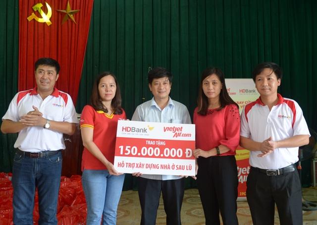 Đoàn cứu trợ của Ngân hàng HDBank và Vietjet trao kinh phí ban đầu xây tặng 5 căn nhà cho 5 hộ dân bị lũ quét (150 triệu đồng).