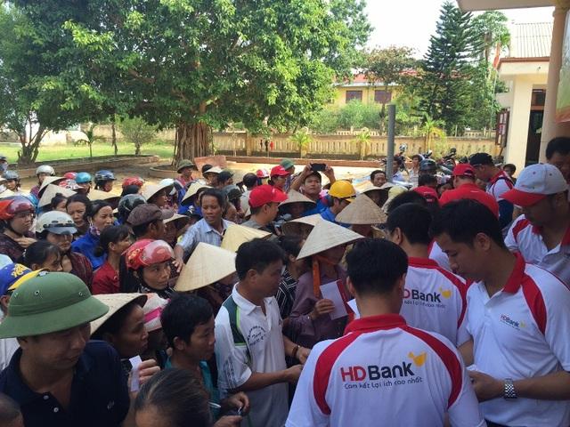 HDBANK và VIETJET chia sẻ với dân nghèo vùng lũ - 7