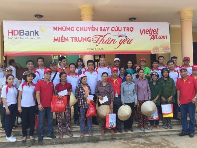 HDBANK và VIETJET chia sẻ với dân nghèo vùng lũ - 9