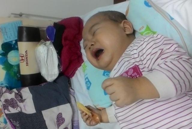 Tròn 1 tuổi, bé Đức Huy đã phát bệnh và gia đình chữa trị suốt 6 tháng qua nhưng không khỏi, đến nay hầu như gia đình đã kiệt lực