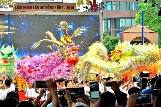 Sau nghi thức điểm nhãn, các đoàn tham gia múa bài chào mừng.
