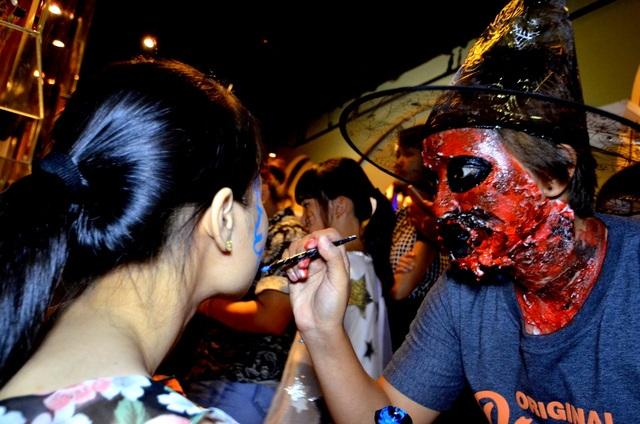 Nhân viên hóa trang cũng rất khéo léo trang trí gương mặt của mình