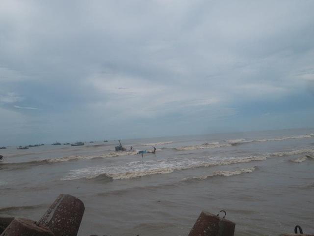 Hiện biển động mạnh, cơ quan chức năng kêu gọi tàu thuyền tìm nơi trú ẩn an toàn, không ra khơi