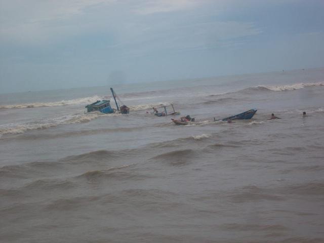 Những chiếc tàu bị sóng nhấn chìm