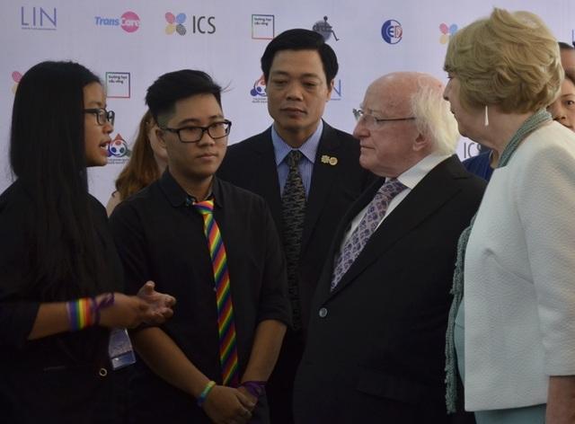 Tổng thống Ireland trao đổi cùng các bạn đồng tính