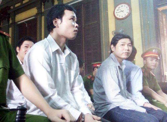 Bị cáo Nam (áo trắng bìa trái) tại phiên tòa