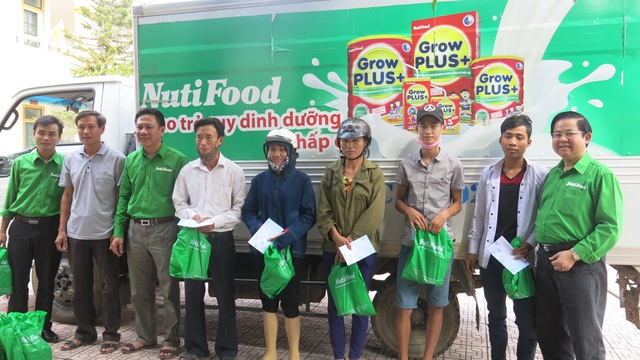 Bà con ở huyện Hương Sơn Hà Tĩnh tới nhận quà của NutiFood