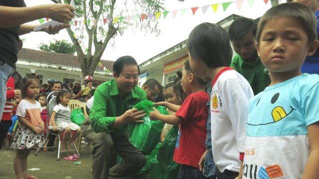 Ông Lâm Văn Hải, giám đốc điều hành công ty NutiFood trao quà cho các bé mầm non ở Hương Khê Hà Tĩnh