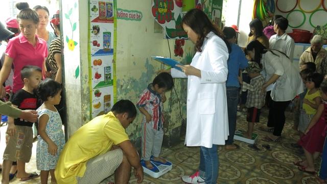 Chuyên gia dinh dưỡng của NutiFood đo chiều cao và cân nặng của các bé mầm non ở Lộc Tiên, Hương Khê Hà Tĩnh