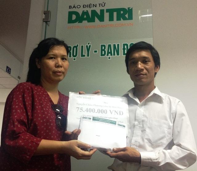 Nhà báo Lý Thị Toàn Thắng (trái) - Trưởng văn phòng đại diện báo Dân trí tại TPHCM, trao quà bạn đọc ủng hộ bé Đức Huy đến cho anh Nguyễn Châu Phương