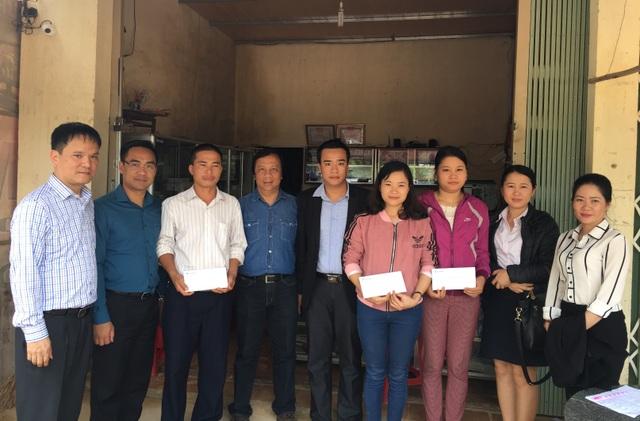 Manulife đóng góp gần 500 triệu giúp đỡ đồng nghiệp  khách hàng vùng lũ - 1