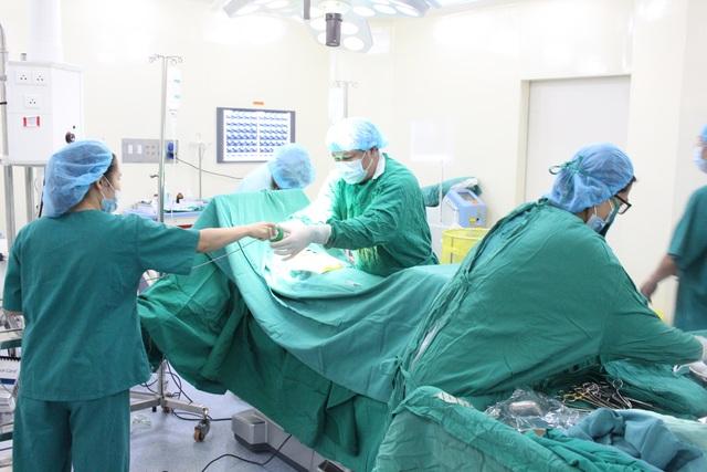 Các bác sĩ thực hiện ca phẫu thuật cho bệnh nhân Đức