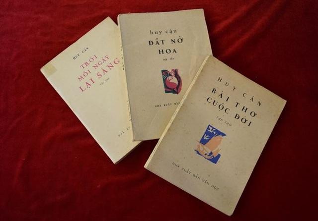 Các ấn bản đặc biệt của nhà thơ Huy Cận tại triển lãm (ảnh: XH)