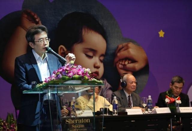 Ông Robert Kwon - Giám đốc Khoa học Johnson's Baby khu vực Châu Á - Thái Bình Dương của công ty Johnson & Johnson phát biểu tại hội nghị