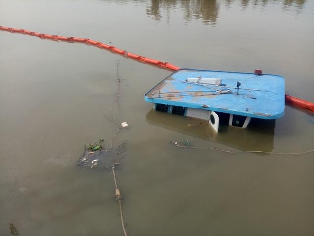 Chiếc sà lan cùng 400 tấn thép chìm dưới sông Đồng Nai