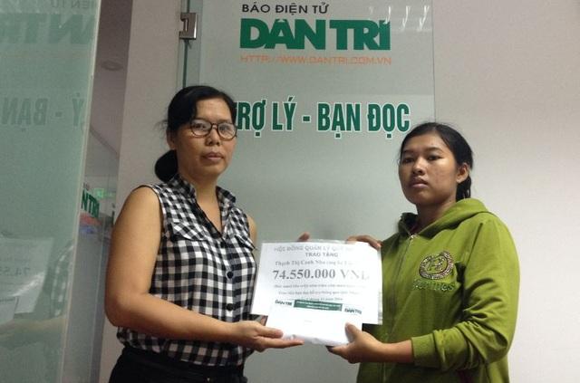 Nhà báo Lý Thị Toàn Thắng (trái) - Trưởng văn phòng đại diện Phía Nam, trao quà tặng của bạn đọc đến chị Thạch Thị Canh Nha