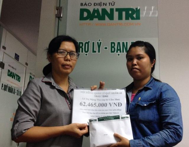 Nhà báo Lý Thị Toàn Thắng - Trưởng văn phòng đại diện Phía Nam (trái), trao quà tặng của bạn đọc đến chị Lê Thị Mộng Thu