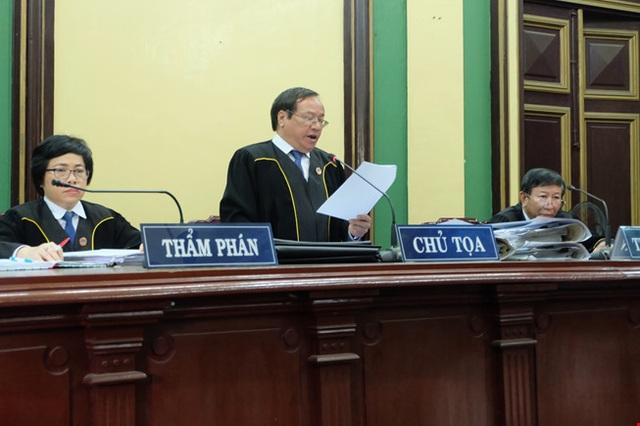 Các thẩm phán mặc áo choàng khi xét xử