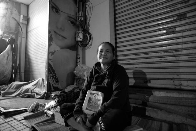 Bà Gái (58 tuổi, quê Bình Dương) lên thành phố lượm ve chai kiếm sống qua ngày. Ban ngày bà đi làm, tối kiếm vỉa hè ngủ tạm. Mấy hôm nay trời trở lạnh, tuổi già nên chân tay tôi đau nhức khó ngủ lắm chú ạ, bà Gái tâm sự.