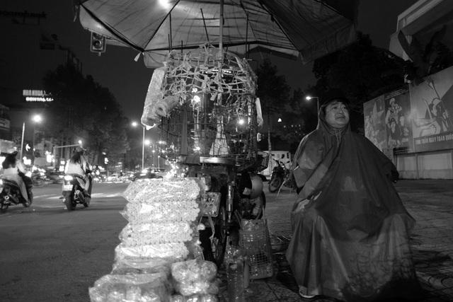 Ông Nguyễn Văn Chánh (45 tuổi, quê Bình Định) vào Sài Gòn đi bán kẹo dọc các ngã tư. Mỗi ngày, ông Chánh bán từ 9 giờ tối hôm trước đến 6 giờ sáng hôm sau.