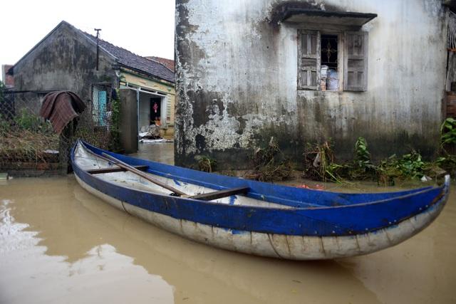 Nước lớn sau các trận lũ liên tục khiến huyện Tuy Phước, tỉnh Bình Định vẫn còn bị ngập nặng. Các gia đình tại thôn Huỳnh Mai bị cô lập bởi nước lũ.
