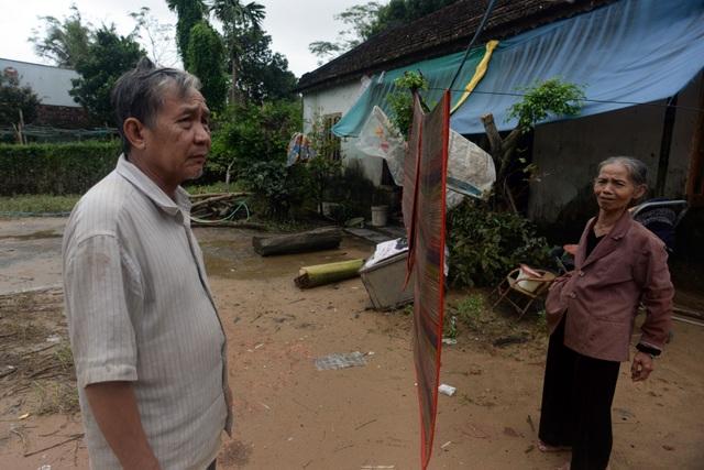 Vợ chồng bà Lê Thị Trúc (71 tuổi) đi tránh lũ hai ngày nay mới về tới nhà, nhưng nhà cửa đã tan hoang.