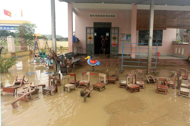Ngoài việc ăn uống gặp nhiều khó khăn, cơn lũ khiến nhà cửa của các hộ dân bị hư hại khá nhiều.