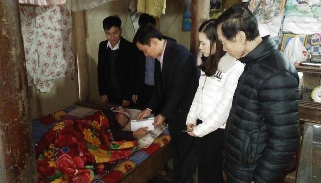 Đoàn đã về trao tận gia đình ông Nguyễn Đức Thanh, xóm 6, xã Phương Điền có hoàn cảnh vợ bị đau yếu nằm liệt giường