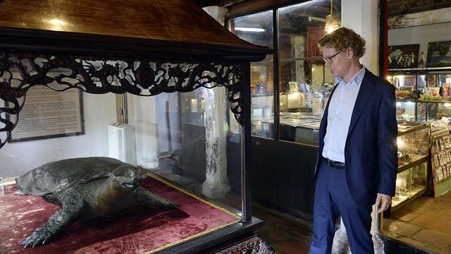 Đại sứ Hogberg ngạc nhiên trước kích cỡ của Cụ rùa Hồ Gươm bên trong đền Ngọc Sơn.