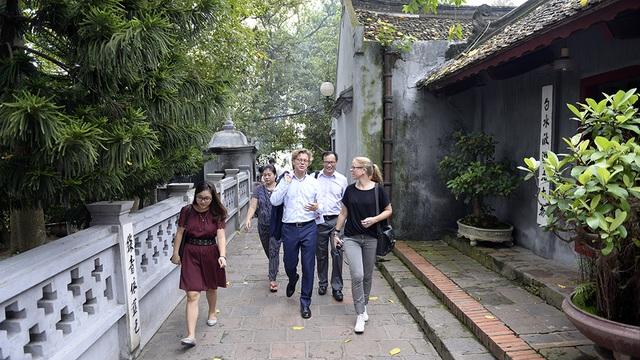 Ông Hogberg đi dạo quanh đền Ngọc Sơn.