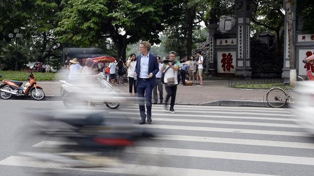 Dù mới làm quen với giao thông Hà Nội nhưng ông Hogberg tỏ ra khá tự tin khi sang đường. Đại sứ Thụy Điển cho biết giao thông Hà Nội và Stockholm có nhiều điểm khác biệt nhưng ông sẽ cố gắng thích nghi với giao thông Việt Nam.