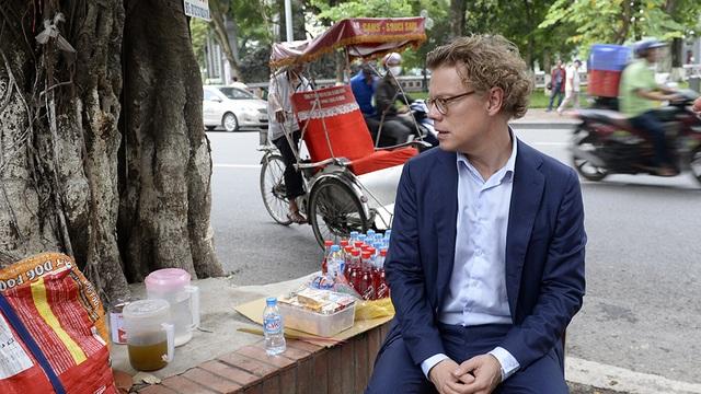 Ông Hogberg dừng chân tại một quán trà đá vỉa hè để uống trà.