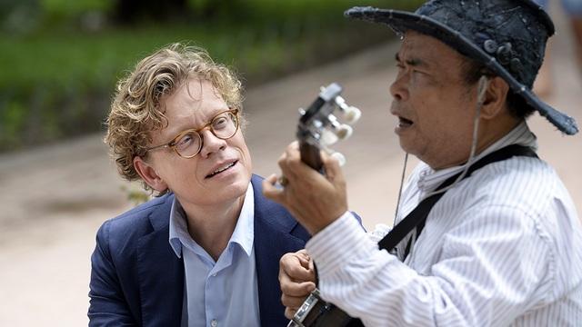 Một phút ngẫu hứng của ông Hogberg bên nghệ sĩ hát rong đường phố ngay cạnh khu vực Hồ Gươm.