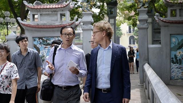 Điểm dừng chân đầu tiên của chuyến thăm phố cổ là khu vực đền Ngọc Sơn.