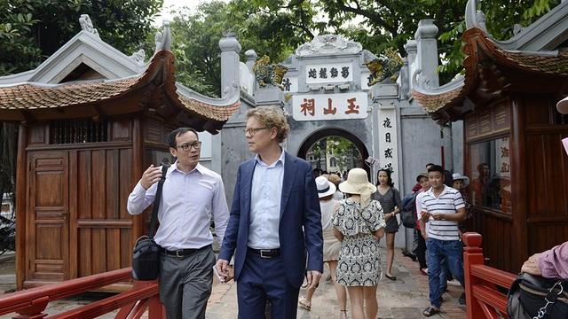 Tân Đại sứ Thụy Điển thích thú trà đá vỉa hè giữa trời thu Hà Nội - 4