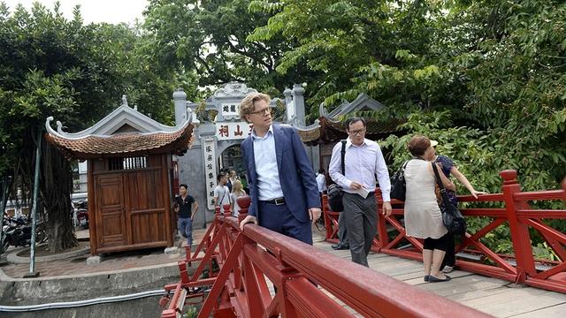 Ông Hogberg cho biết khi đi trên cầu Thê Húc: Đây là một trong những cây cầu gỗ đẹp nhất mà tôi từng đi qua.