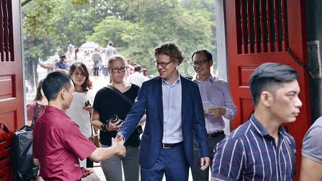 Đại sứ Hogberg thân thiện bắt tay khách du lịch cũng như nhân viên của khu di tích.