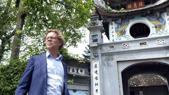 Tân Đại sứ Thụy Điển thích thú trà đá vỉa hè giữa trời thu Hà Nội - 9