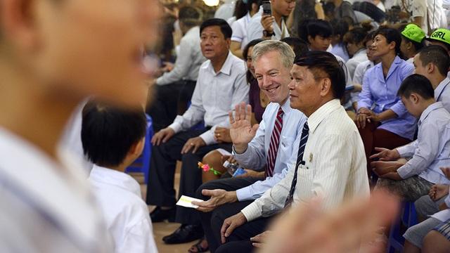 Nhân dịp Trung thu, Đại sứ Ted Osius đã đến thăm và tặng quà cho các trẻ em bị nhiễm chất độc da cam tại Làng Hữu Nghị Việt Nam (huyện Hoài Đức, Hà Nội).