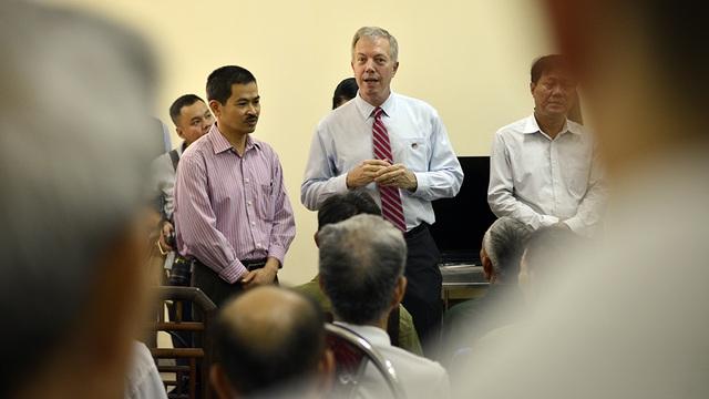 Ông vui vẻ chuyện trò cùng các bác cựu chiến binh bằng tiếng Việt. Tôi sẽ cố gắng học tiếng Việt tốt hơn nữa để có thể nói chuyện với các bác vào những chuyến ghé thăm tới. Đại sứ Mỹ Ted Osius nói.