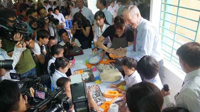 Đây là lần đầu tiên ông Osius đến thăm Làng Hữu Nghị Việt Nam, nơi đang nuôi dưỡng các nạn nhân bị nhiễm chất độc da cam, phần lớn là trẻ em.