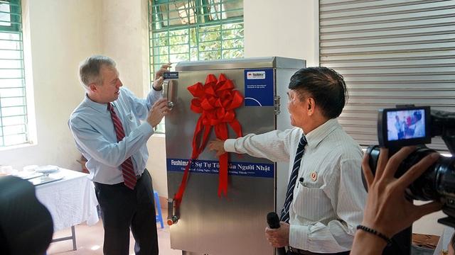 Nhân chuyến thăm, Đại sứ Osius đã tặng Làng Hữu Nghị một tủ nấu và ủ cơm công nghiệp hiện đại. Ông Đinh Văn Tuyên, Giám đốc Làng Hữu Nghị, đã thay mặt làng nhận món quà ý nghĩa, thiết thực từ Đại sứ Mỹ.