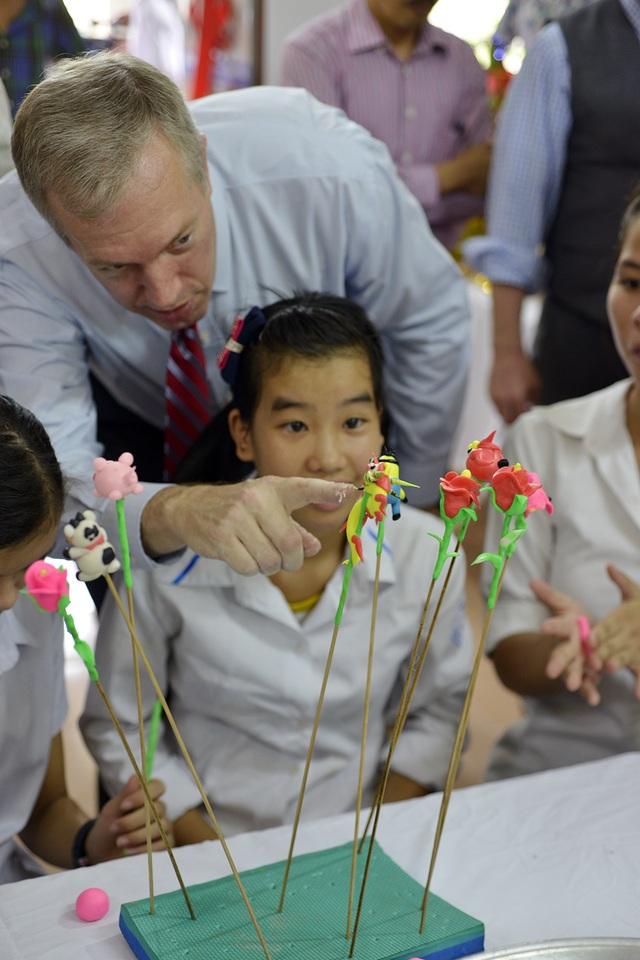 Đại sứ Mỹ thích thú với những bông hoa, con vật được nặn từ bột gạo dẻo.