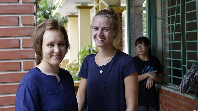 Các bạn trẻ tình nguyện người nước ngoài cũng cùng tham gia các chương trình vui Tết Trung thu lại Làng Hữu Nghị Việt Nam.
