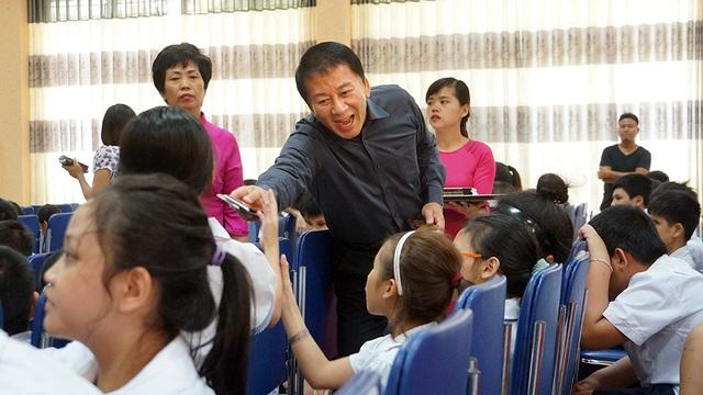 Đại sứ Ryotaro Sugi tặng quà cho các học sinh.