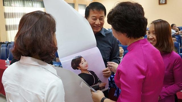Đại sứ Ryotaro Sugi tặng trường cuốn lịch có in hình các thiếu nữ Nhật Bản trong trang phục truyền thống. Trang phục truyền thống Nhật Bản cũng đẹp như áo dài của phụ nữ Việt Nam, ông nói với các cô giáo trường Nguyễn Đình Chiểu.