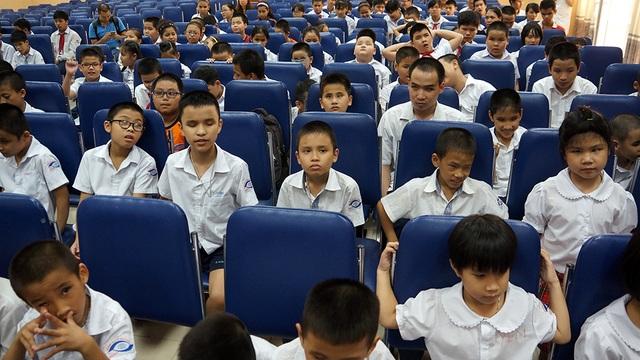 Trường PTCS Nguyễn Đình Chiểu (Hà Nội) hiện có 1.747 học sinh, trong đó có 213 em khiếm thị. Nhiều cháu có hoàn cảnh gia đình khó khăn và ở xa trường nên phải ở nội trú.