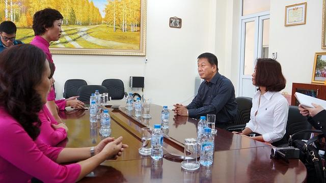 Đại sứ Ryotaro Sugi lắng nghe lãnh đạo trường chia sẻ những khó khăn mà thầy và trò đang phải cố gắng vượt qua.
