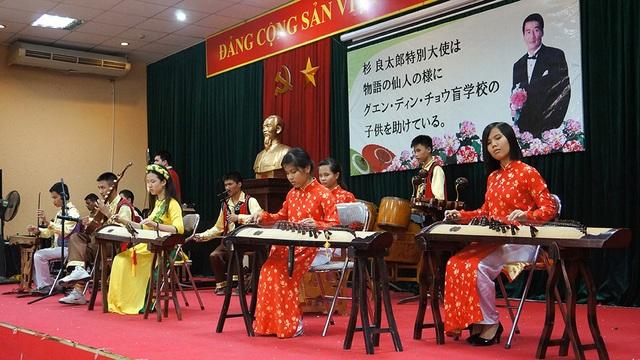 Để chào mừng Đại sứ Ryotaro Sugi quay lại thăm trường, các em khiếm thị đã trình diễn những tiết mục văn nghệ bằng nhạc cụ dân tộc, trong đó có cả các bản nhạc dân tộc của Nhật Bản.