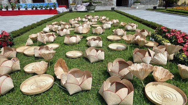 Khu vực trang trí sắp đặt được làm từ nón lá Việt Nam ngay trước cửa Hoàng Thành.